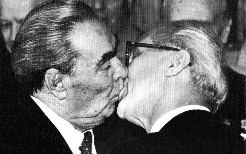 Brezhnev_honekker_kiss